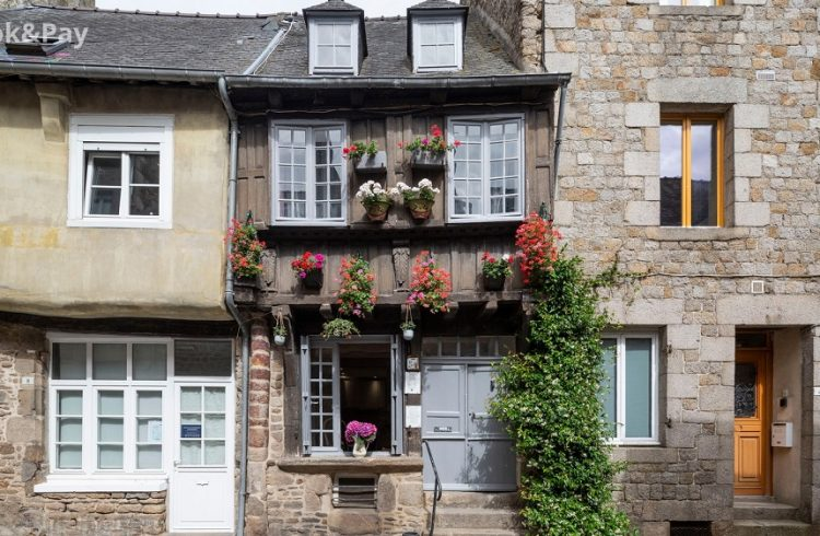 meuble-le-puits-harel-dinan-facade-2020-book-and-pay
